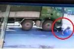 Clip: Bị 'nuốt chửng' dưới gầm xe tải, 2 người đi xe máy sống sót thần kỳ