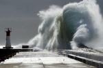 Áp thấp và bão Utor cực mạnh áp sát biển Đông