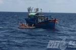 Video: Tàu Việt Nam thả xuồng cứu ngư dân khi bị tàu Trung Quốc cản trở