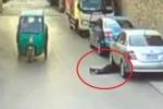 Clip: Cụ bà ngã vào gầm ôtô, 25 người qua đường dửng dưng bỏ mặc