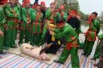 Ngay tại thủ đô cũng có lễ hội giết lợn đẫm máu giữa sân đình