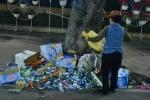 Còng lưng dọn rác sau đêm giao thừa
