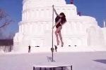 Clip: Thiếu nữ múa cột giữa tuyết lạnh đầy quyến rũ