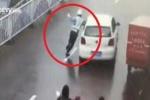 Clip: Bị tuýt còi, nữ tài xế hung hăng lái xe kéo lôi CSGT