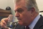 Nghị sỹ Mỹ trộm ly nước uống thừa của Giáo Hoàng Francis