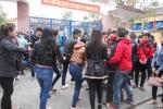 5 cô gái đánh hội đồng một nữ sinh trước cổng trường