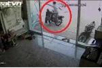 Clip: Dắt trộm xe máy, lĩnh trọn cú 'song phi' của chủ nhà
