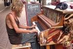 Ông lão vô gia cư chơi piano điêu luyện gây 'sốt' trên mạng