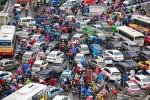 Dân Hà Nội chôn chân trong mưa rét giữa trưa cuối tuần