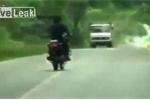 Clip: Đi xe máy như người say, đâm sầm vào đầu xe tải