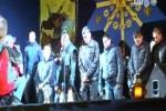 Clip: Cảnh sát Ukraine quỳ gối xin lỗi dân