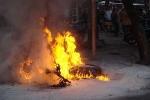 Gần 40 trai làng truy sát người không thành, đốt xe