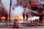 Cây xăng vẫn cháy dữ dội, nhiều lính cứu hỏa bị thương