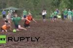 Video: Người Nga bì bõm lội bùn chơi bóng đá
