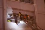 Video: Bắc thang cứu người mắc kẹt trong tòa nhà cháy lớn ở Xa La