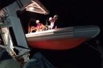 Cứu hộ thành công ngư dân bị chìm tàu trên biển trong đêm