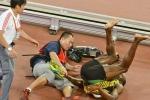 Clip: VĐV điền kinh bị nhân viên quay phim húc ngã bổ chửng