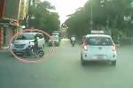 Video: Người phụ nữ đi xe đạp điện vượt đèn đỏ, đâm vào ô tô