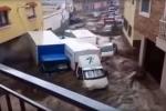 Clip: Lũ quét kinh hoàng cuốn phăng ô tô trên phố