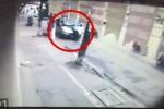 Clip: Thanh tra giao thông Hà Nội đánh đu trên cần gạt nước xe khách
