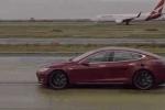 Clip: Nghẹt thở xem xe sang Tesla đua tốc độ với máy bay Boeing