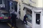 Clip: 4 tên cướp ngang nhiên đập vỡ kính, cướp cửa hàng