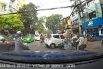 Cả khu phố 'bất động' chờ nữ tài xế quay đầu xe
