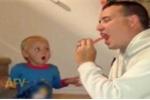 Cười vỡ bụng clip em bé kinh ngạc xem bố làm ảo thuật