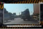 Clip: Thất kinh với xe container tự gây tai nạn