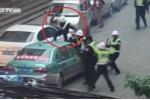Clip: Bị tuýt còi, taxi 'điên' tông nhiều cảnh sát rồi bỏ chạy