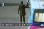 Xôn xao clip người đàn ông 'bay' lơ lửng trên xe khách đang chạy