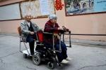 Cụ ông 79 tuổi chế xe lăn 2 chỗ ngồi để luôn được ở bên vợ