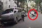 Clip: Mở cửa ôtô bất cẩn, xe máy 'đo đường'