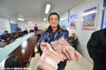 Nông dân Trung Quốc hoan hỷ nhận 'núi tiền' thưởng Tết