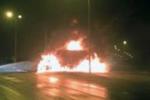 2 ô tô đâm nhau nát bét trên quốc lộ, lửa bùng cháy dữ dội