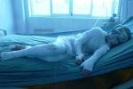 Cả nhà bị tạt axít: Xót xa nhìn cháu bé đau đớn tột độ