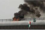 Xe máy bốc cháy trơ khung trên cầu Sài Gòn