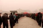Vì tờ lịch miễn phí, người Trung Quốc đứng vài tiếng trong bụi bẩn