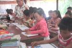 Lớp học chữ bên hiên trại phong