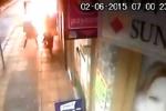 Video: Nổ hố ga trên vỉa hè, 3 người suýt chết