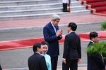 Ảnh: Ngoại trưởng John Kerry và Bộ trưởng Phạm Bình Minh trò chuyện trước lễ đón ông Obama