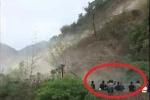 Clip: Sạt lở đất như tận thế, dân vẫn đứng chụp ảnh, quay phim