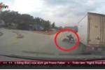 Clip: Xe tải phanh 'cháy lốp' tông xe máy ngã nhào ra đường