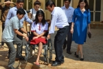 Ngày đầu tiên nhập học trường mới của nữ sinh bị cưa chân