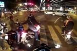 Tai nạn trong lúc dừng đèn đỏ ngớ ngẩn chưa từng thấy