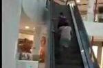 Phì cười 2 phụ nữ mải miết đi ngược chiều thang cuốn