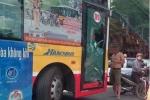 Va chạm giao thông, chủ xe SH đập vỡ cửa kính xe buýt