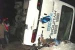 Tránh đoàn bò, xe khách lật, 10 người bị thương