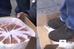 Dậy sóng clip giẫm lên bánh của người vô gia cư rồi bồi thường 100 USD