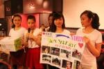 17 nữ sinh đại học RMIT dạo phố cổ làm từ thiện